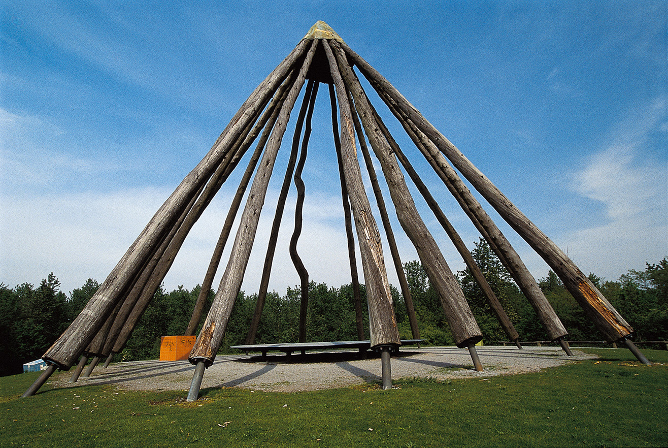 Gigantisch, groß und einzigartig die hölzerne Pyramide im Gesundheitspark Quellenbusch